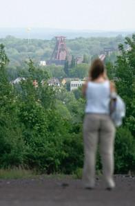 Besucherin auf der Schurenbachhalde mit SchachtZeichen-Ballon auf der Zeche Zollverein