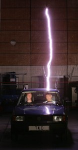 Blitzpolo mit zwei funkgetriggerten Blitzen auf dem Armaturenbrett