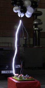 Blitzeinschlag in ein Modelldorf