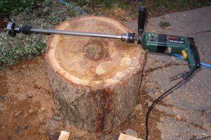 Bohrmaschine mit Bohrerverlängerung und 68-mm-Forstnerbohrer