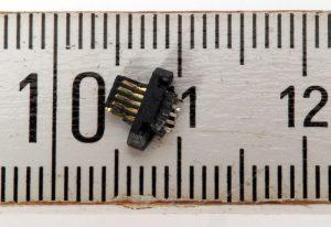 Herausgerissenes Innenleben der Micro-USB-Buchse