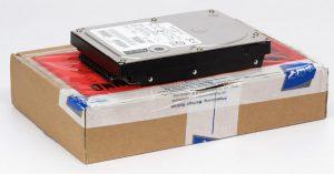 Hier nochmal die Festplatte im direkten Vergleich zur Versandverpackung.